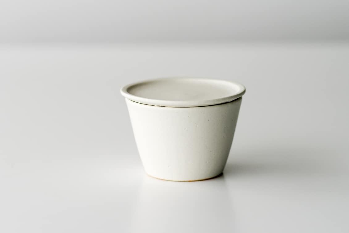 【次回5月末ごろ入荷予定】飯高幸作/小皿付きマグ/FUTACK/ホワイトの商品写真