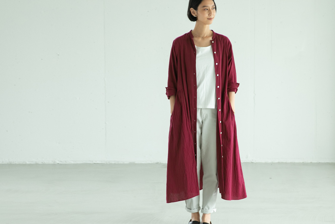【取扱終了】「大人に似合うシルエット」羽織りにもなるシャツワンピース(ダークチェリー)/KURASHI&Trips PUBLISHINGの商品写真