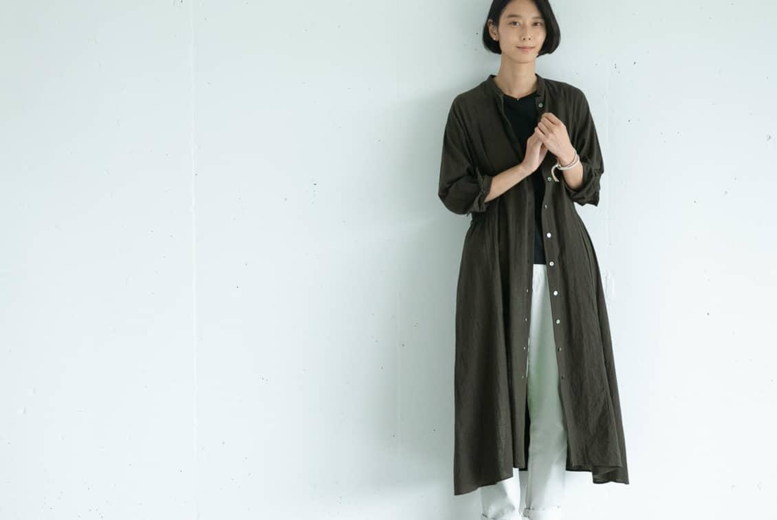 「大人に似合うシルエット」羽織りにもなるシャツワンピース(ダークオリーブ)/KURASHI&Trips PUBLISHINGの商品写真