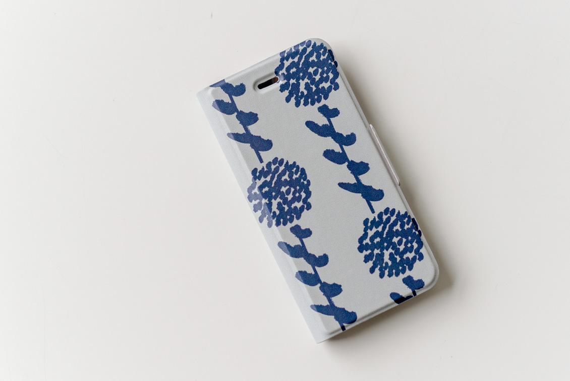 【次回入荷未定】iPhoneケース/野花を摘んで/KURASHI&Trips PUBLISHINGの商品写真
