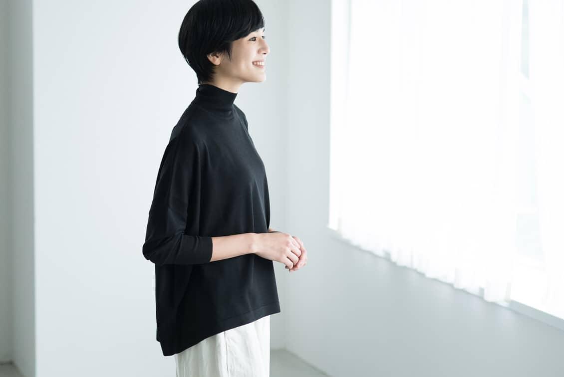 【今季終了】「私に似合う絶妙バランス」首もとスッキリのハイネックニット(ブラック)/KURASHI&Trips PUBLISHINGの商品写真