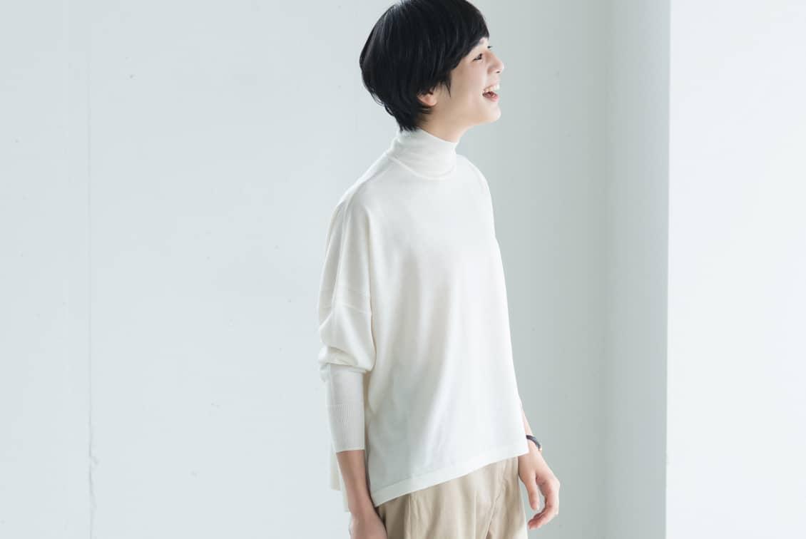 【今季終了】「私に似合う絶妙バランス」首もとスッキリのハイネックニット(オフホワイト)/KURASHI&Trips PUBLISHINGの商品写真