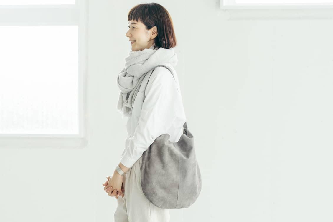 【次回3月頃入荷予定】「雨の日にもお気に入りを」撥水スエードの2WAYトートバッグ(グレー)/KURASHI&Trips PUBLISHINGの商品写真