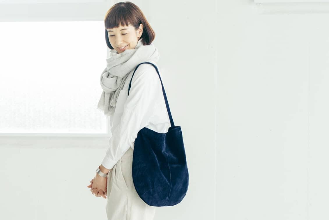 【次回3月頃入荷予定】「雨の日にもお気に入りを」撥水スエードの2WAYトートバッグ(ネイビー)/KURASHI&Trips PUBLISHINGの商品写真