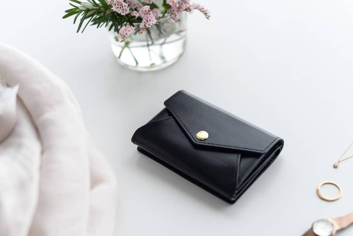 【次回1月末入荷予定】「小さく見えて収納上手」手のひらサイズの本革財布(ブラック)/KURASHI&Trips PUBLISHINGの商品写真
