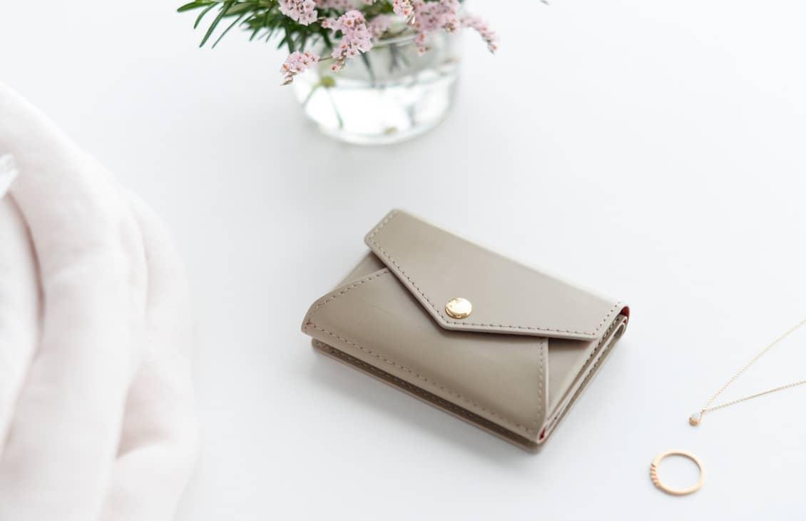 【次回1月末入荷予定】「小さく見えて収納上手」手のひらサイズの本革財布(ベージュ)/KURASHI&Trips PUBLISHINGの商品写真