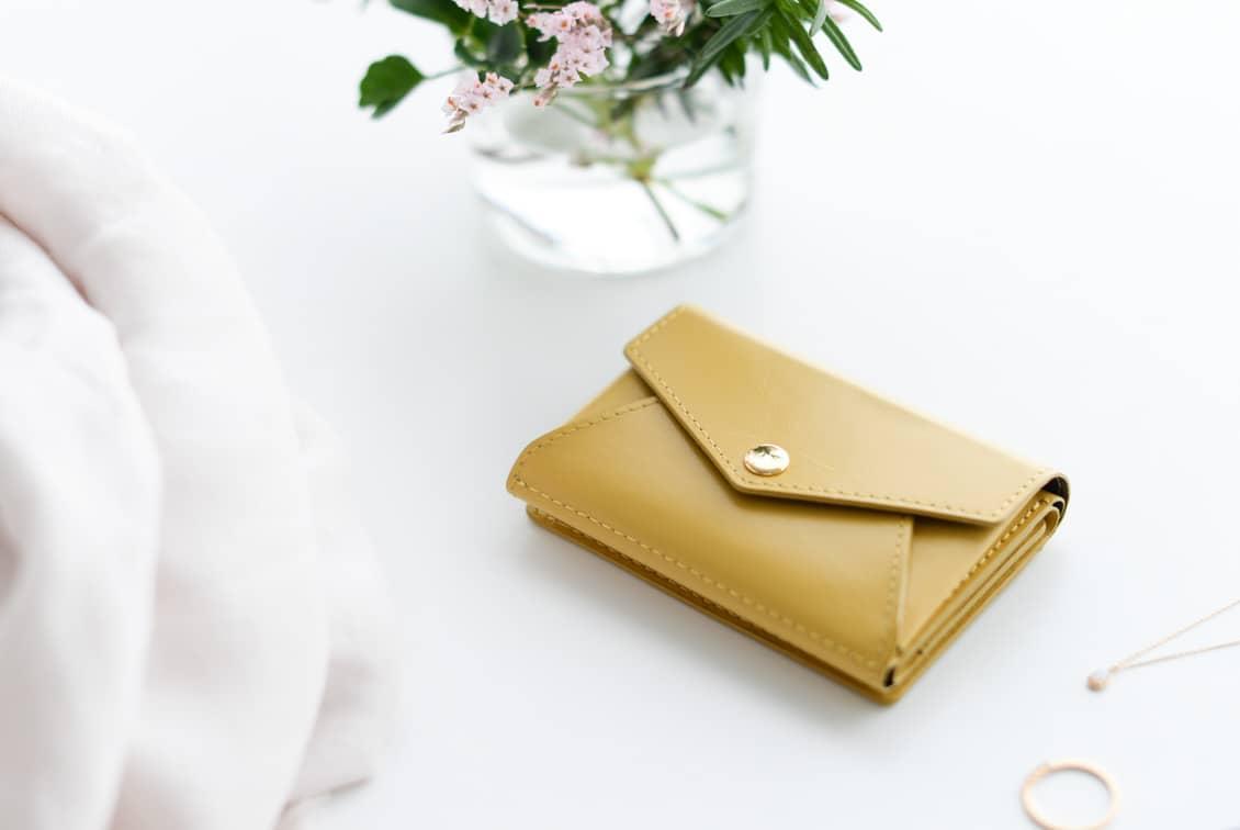 【次回4月末頃入荷予定】「小さく見えて収納上手」手のひらサイズの本革財布(マスタード)/KURASHI&Trips PUBLISHINGの商品写真