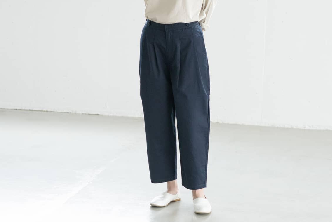 【今季終了】『春いちボトムス』着まわし力ばつぐんのコクーンテーパードパンツ(ネイビー)の商品写真