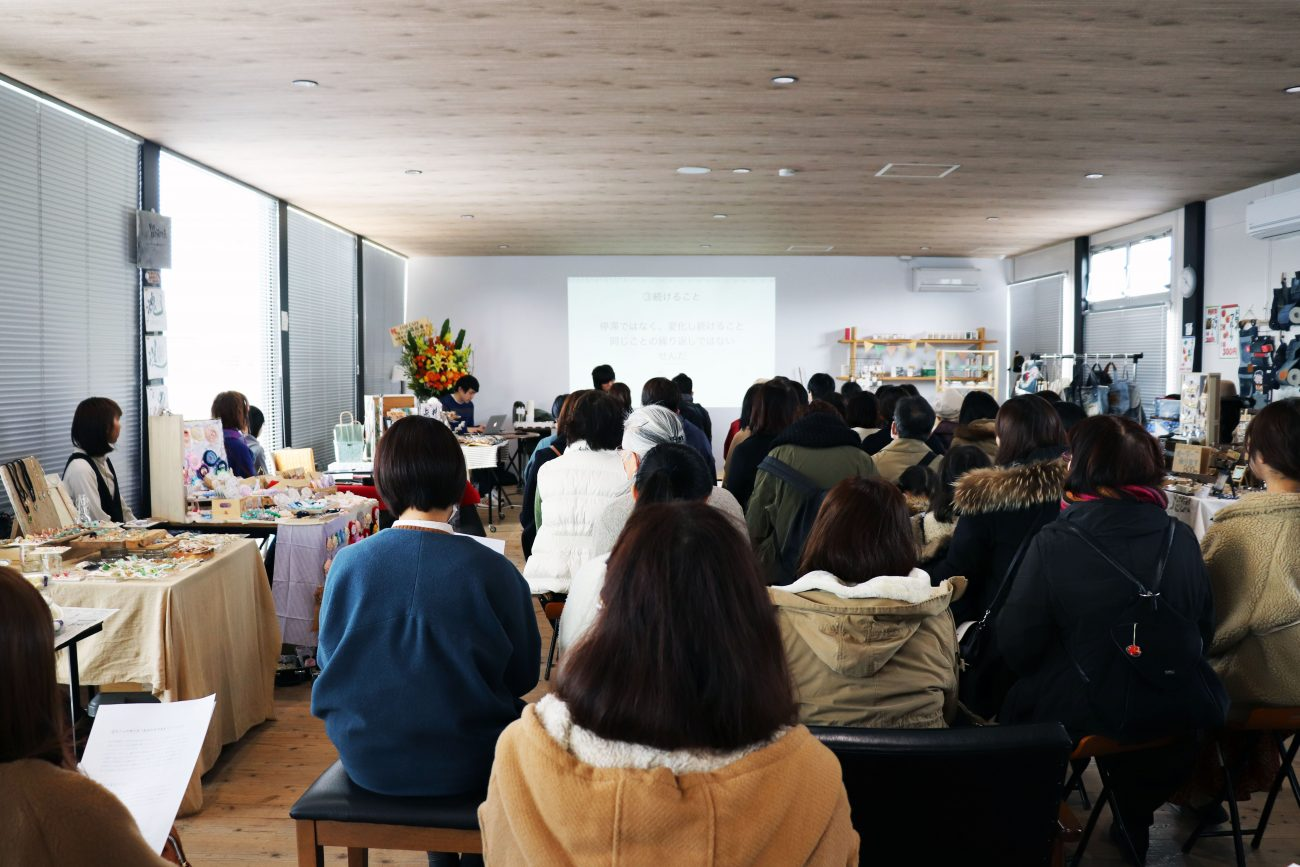 会場は満席、立ち見の人もたくさんいました。