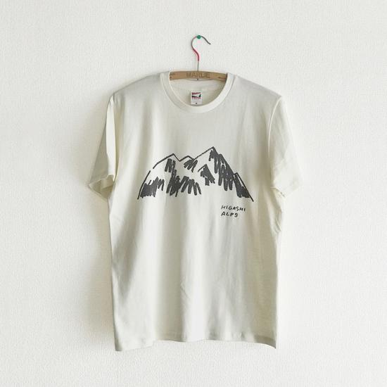 イラストレーターの落合恵さんによるブランド「HIGASHIALPS」Tシャツ