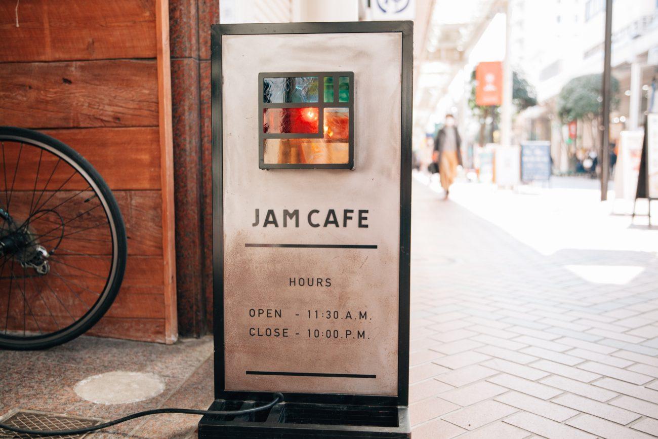 店名と営業時間のみのシンプルでしっかりとした看板が集客のきっかけに