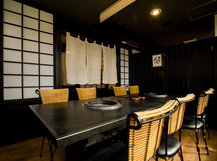 ゆったり広い座席。個室タイプのお店なので周りを気にせず食事を楽しめます。