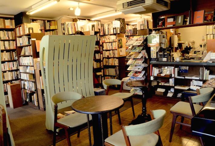 お店に入って左手には古本がずらり。右手はくつろげるカフェスペース