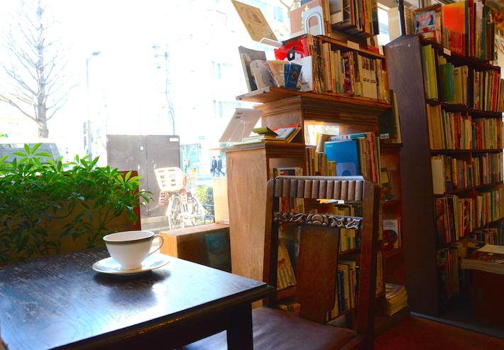大通り沿いなのに静けさを保つこの場所は、落ち着いて本を読むにはぴったり