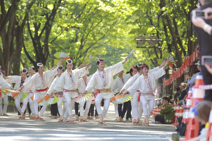 定禅寺通など市中心部で行われるすずめ踊り。参加者は毎年4,000人を超える