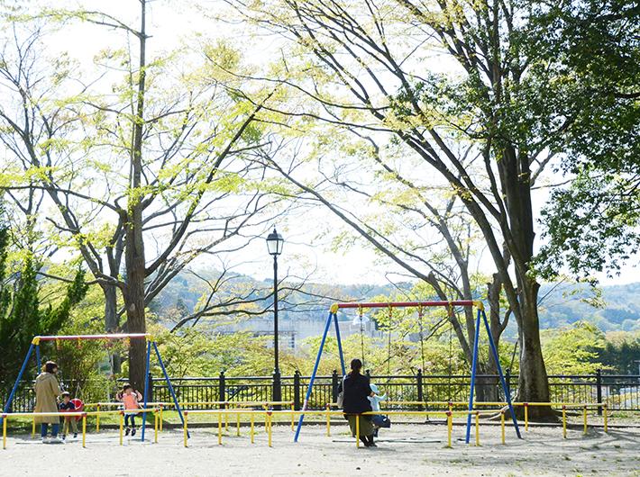 西公園には遊具も豊富で、休日には家族連れも多い。一人でゆっくり過ごす人、カップルで散歩する人、ダンスを練習する大学生、などそれぞれが思い思いの時間を過ごしている