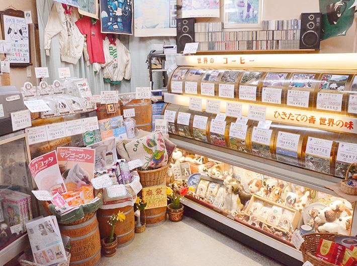 店内には各国の厳選されたコーヒー豆がずらり