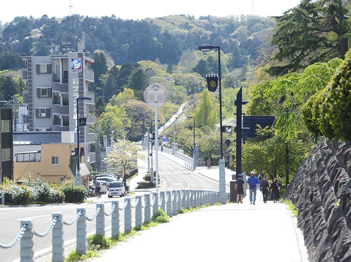 仙台城址へ続く道を散歩したりジョギングしたりする人の姿も