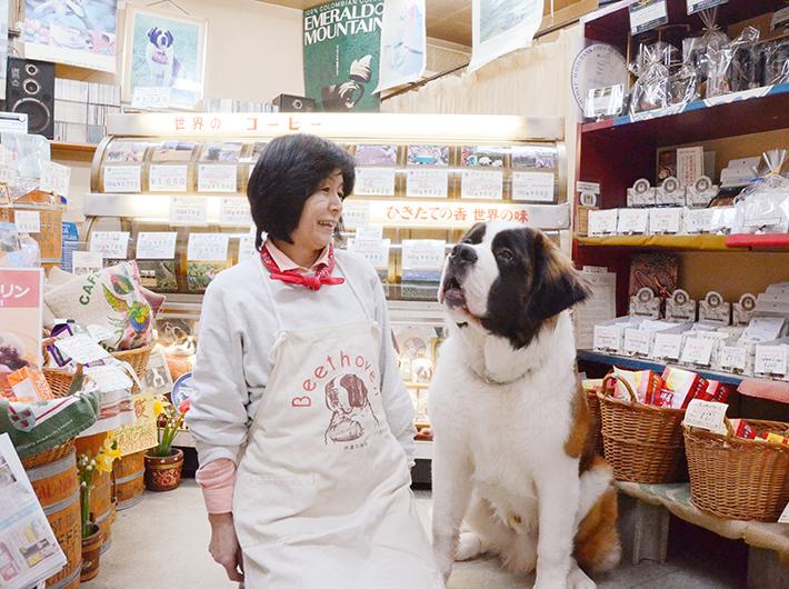 石濱まりさんと、お店の看板犬・カイザー君