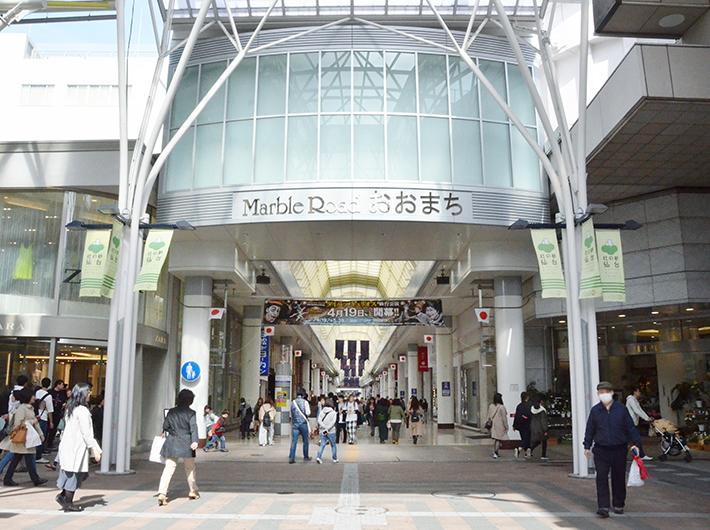 仙台駅前から一直線に続くアーケード商店街。駅から歩いて「マーブルロードおおまち商店街」を抜けてもなおまっすぐ進むと「大町通り」、そして仙台城址へと道がつながっている
