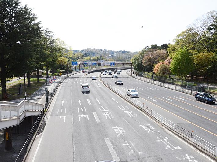 西公園は仙台西道路を挟んで南北に分かれている。西道路からは秋保温泉や東北道への入り口も近く、車を持っているなら大町はお出かけするのにも便利