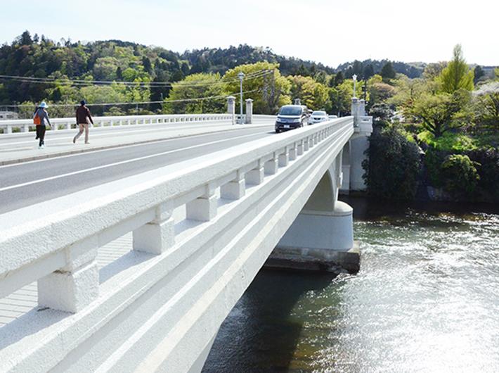 そばを流れる広瀬川には、仙台城址へと続く大橋がかかる