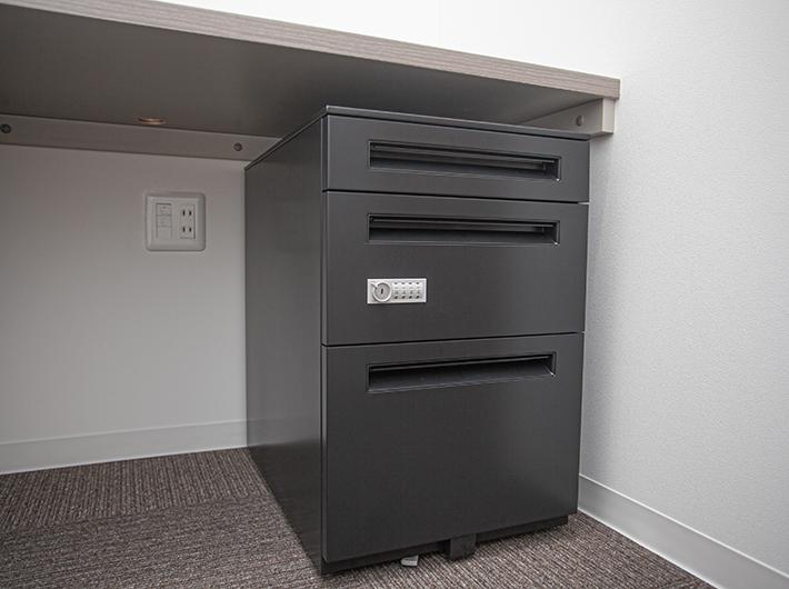各部屋のデスクにはロック機能のある引き出し付き!