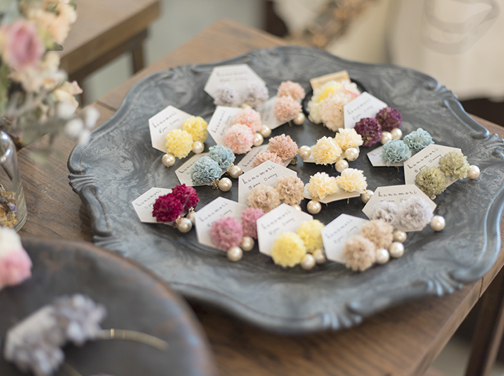 hanamoriさんのイヤーアクセサリー。花をモチーフにした柔らかな雰囲気が魅力