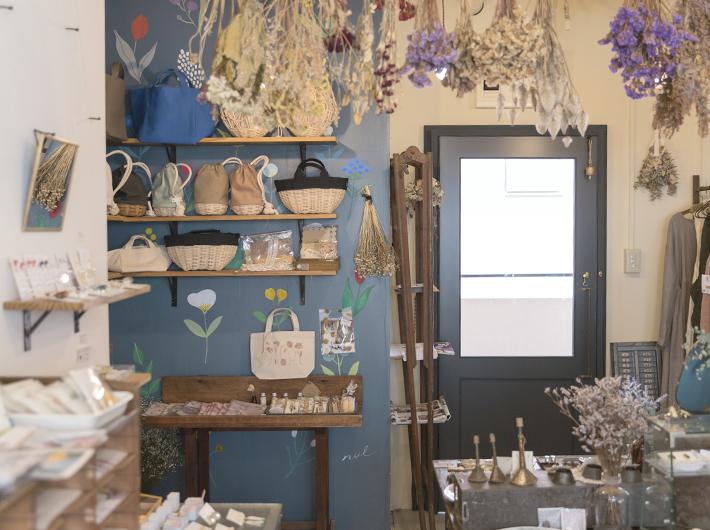 青い壁にお花の絵を描いてくれたのは大の友人であるクリエイターのnulさん。奥に見える扉は、地元秋田の大工さんが製作。