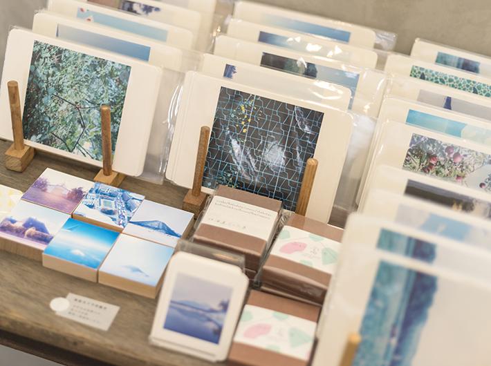 岡崎直哉さんが旅先で撮り下ろした写真を使用したポストカード。美しい旅の風景が、日常に新たな視点を与えてくれます