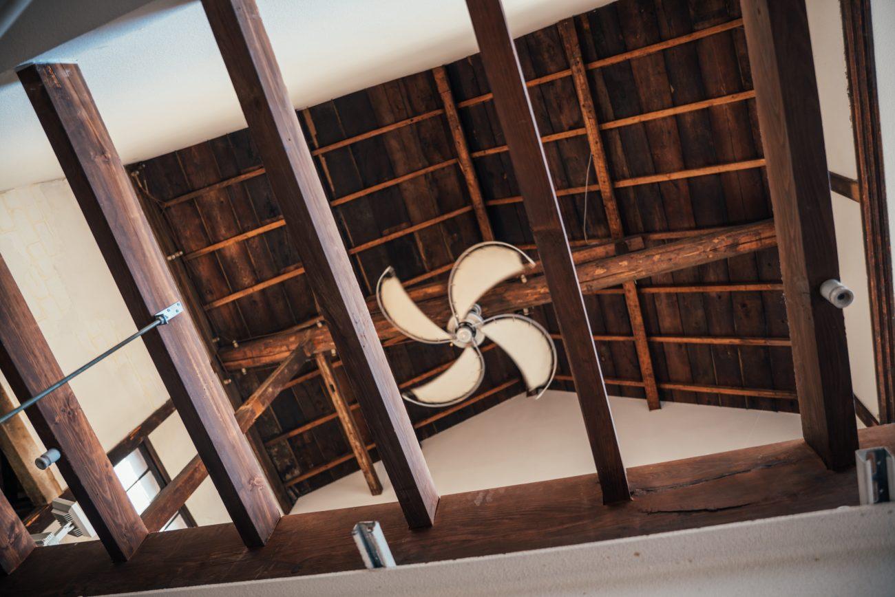 天井の木のハリも歴史を感じることができるbr左のくるくるとした鉄の棒に電線が通っていた