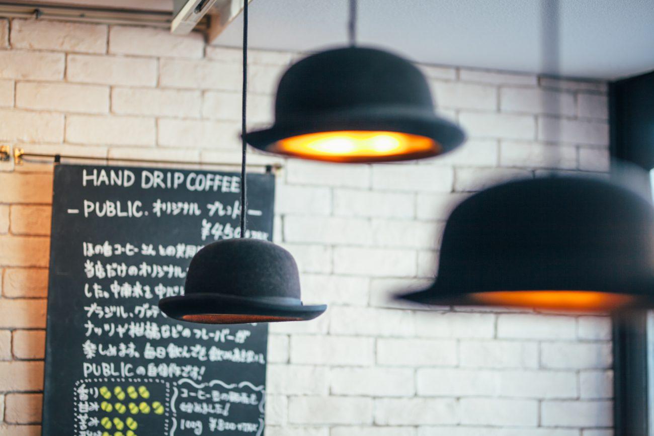 お店に入ってすぐ右手にある帽子の照明