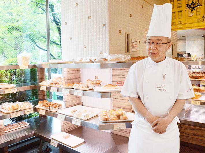 店頭に立ち、お客さんに声をかける伊藤芳裕さん