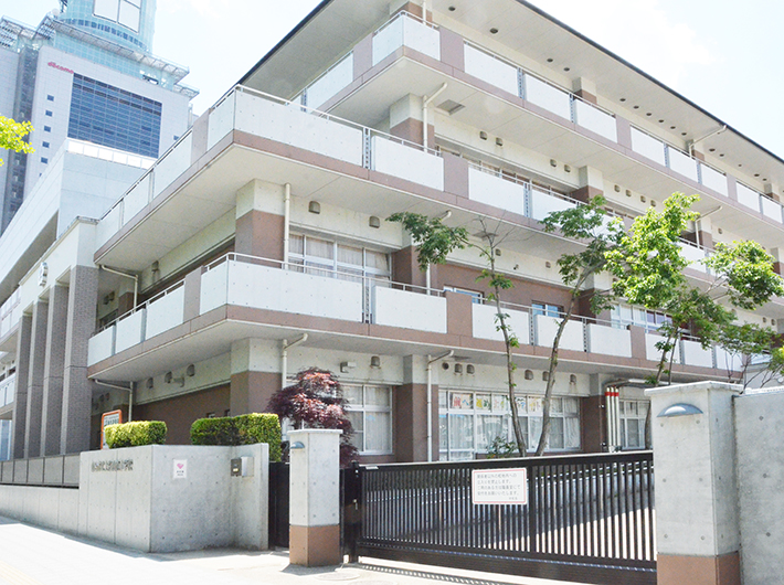 愛宕上杉通沿いに建つ仙台市立上杉山通小学校。まちには登下校する児童の姿がある