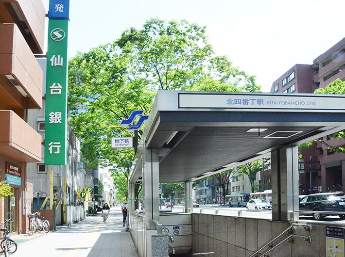 上杉の最寄駅は、地下鉄南北線で仙台駅から2駅先の勾当台公園駅か、3駅先の北四番丁駅。仙台駅には徒歩でも20〜30分ほどで、愛宕上杉通からは仙台駅行きのバスもある