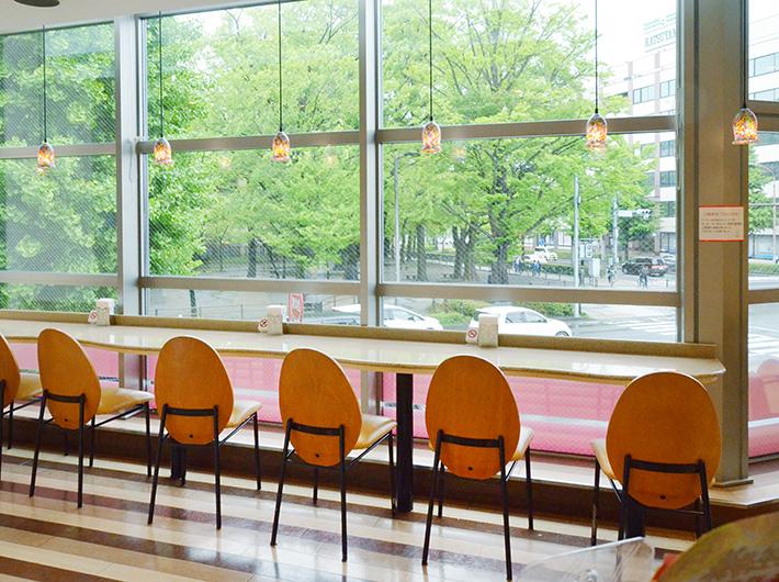 地域の人々の憩いの場にもなっている石井屋2階のカフェスペース