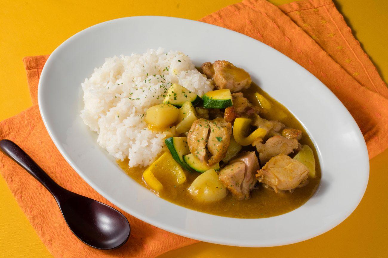 館内併設レストランで提供される特別メニュー「夏野菜のチキンカレー」