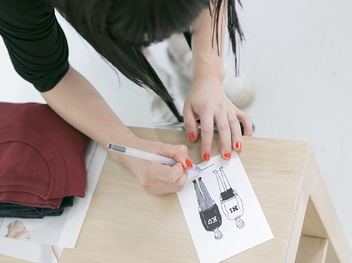 イラストを描き始めた頃から愛用しているという無印良品のサインペンを使って。br  ネイル可愛い……