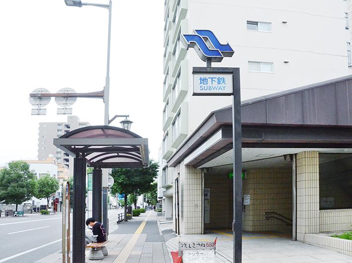地下鉄南北線愛宕橋駅より徒歩10分程度で穀町に着く