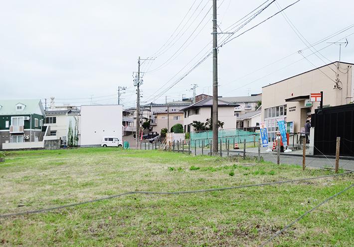 穀町は閑静な住宅街。立ち話をする住民や子供と歩くお母さんの姿などがあり、昔ながらの近所のつながりや地域の人々の温かさを感じる