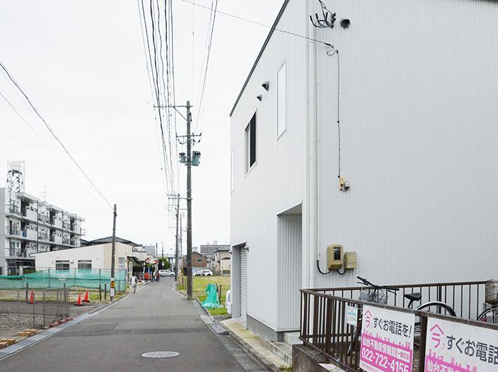 住宅街を歩いていると現れる白い箱のような建物が、今野さんが自宅を改装した醸造所だ