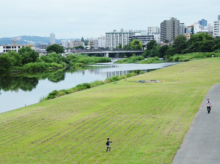 河原町駅を越えるとすぐ広瀬川が。河原には家族連れで遊ぶ人やジョギングをする人などの姿があり、周辺住民が気持ちよく思い思いの過ごし方をしている