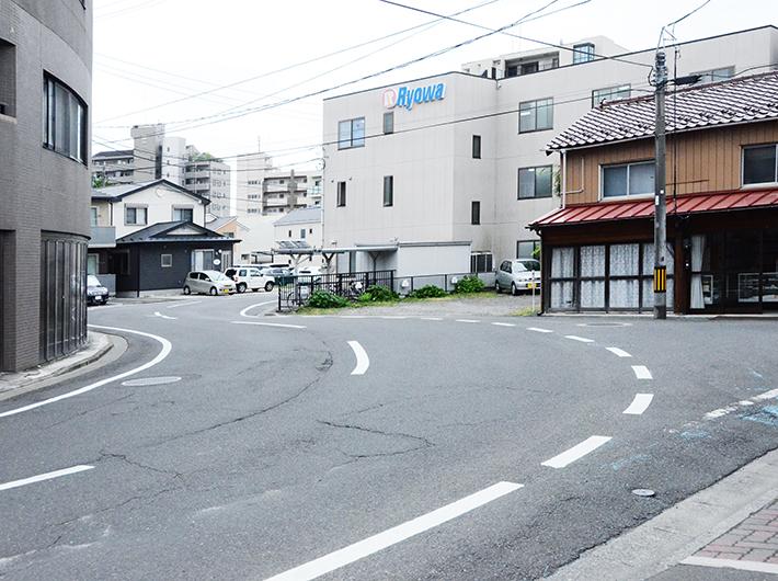 穀町の商店街から続く大通りの不自然な急カーブは、江戸時代に敵の侵入を防ぐために設計された、城下町の南の入り口としての名残だという