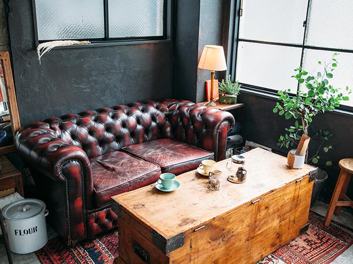 「The fields」にあったものと同じデザインのソファ。br 二人の思い出のカフェが再現されたスペースに、思わず胸がキュンとする