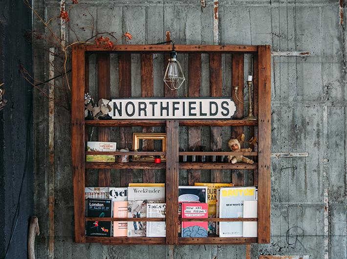 本が飾られているおしゃれな棚も、大工さんから貰った廃材を使ってリメイクしたもの