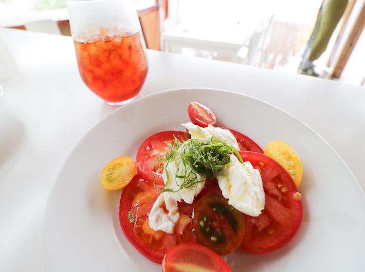 水出しコーヒー、トマトと水牛のモッツァレラサラダbrクリーミーなモッツァレラチーズが絶品。