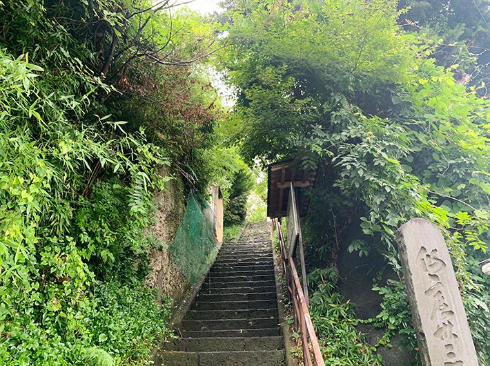 鹿落堂の隣にある「鹿落観音堂」に続く階段