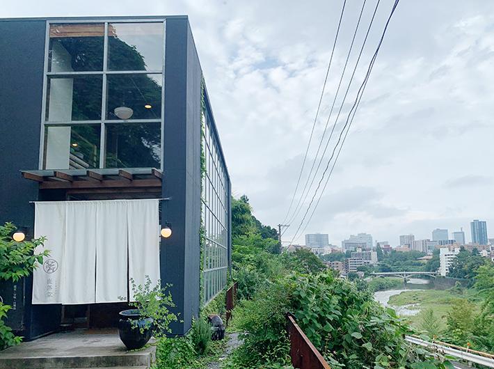 広瀬川と街が見渡せる絶景に建つ鹿落堂