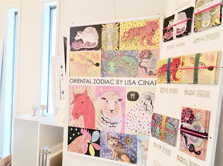 高田さんがカナダで出会ったアーティストによるニューイヤーカード。 それぞれの作品に英語・日本語でキャプションが添えられている