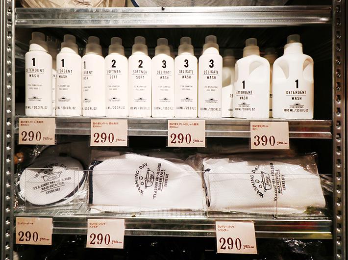 洗剤や柔軟剤は、市販のボトルそのままよりも、詰め替えボトルで統一感を出すとおしゃれに見える!ランドリーネットも形違いで複数枚そろえられる価格が嬉しいですね。